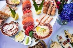 El plato y los pescados de los mariscos sirvieron en la tabla del restaurante Imágenes de archivo libres de regalías