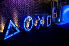 El Play Station iluminó iconos en el acontecimiento del lanzamiento PS4 imagen de archivo