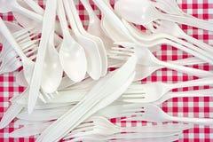 El plástico bifurca las cucharas de los cuchillos Fotos de archivo libres de regalías