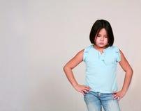 El poco poner mala cara de la muchacha de Latina imagenes de archivo