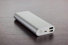 El poder de aluminio de plata deposita - el fondo de madera oscuro Foto de archivo