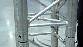 El podio para la etapa Instalación de la construcción metálica almacen de metraje de vídeo