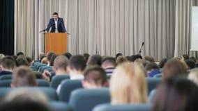 El político aparece en etapa delante de una audiencia almacen de metraje de vídeo