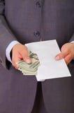 El político corrupto puso un poco de dinero dentro de un sobre imagenes de archivo