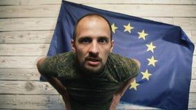 El político en el fondo de la bandera de la UE la dice ilustración del vector