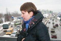 El político Evgeniya Chirikova muestra a reporteros la carretera alternativa que puentea el bosque de Khimki Foto de archivo libre de regalías