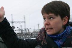 El político Evgeniya Chirikova muestra a reporteros la carretera alternativa que puentea el bosque de Khimki Imagen de archivo libre de regalías