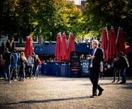 El político holandés Henk Krol camina con el iPad fotos de archivo