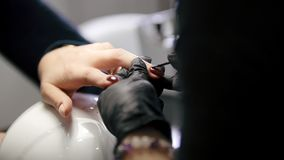 El polaco clava - la hembra consigue la manicura profesional en tienda de belleza - la visión superior almacen de video