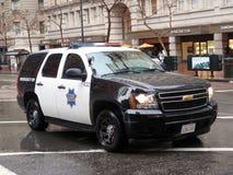 El poli SUV de SFPD rueda abajo la calle de mercado Foto de archivo libre de regalías