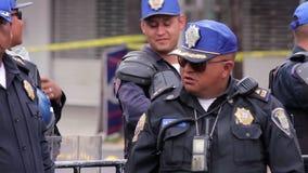 El policía guarda la zona de desastre, afectada por el terremoto