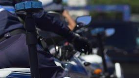 El policía que consigue en la opinión de la parte posterior de la moto, francés patrulla el sistema, ley y orden metrajes
