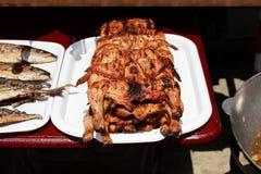 el pollo aplanado y asado a la parrilla cocinó totalmente en un fuego abierto en el terraplén cerca del Mar Negro en la parrilla  imágenes de archivo libres de regalías