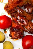 El pollo asó a la parrilla con las patatas hervidas y conservó en vinagre los tomates Fotografía de archivo libre de regalías