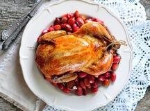 El pollo coció con el cornejo, el ajo y el romero en una tabla de madera foto de archivo