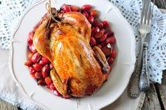 El pollo coció con el cornejo, el ajo y el romero en una tabla de madera fotos de archivo