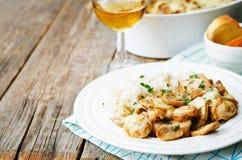 El pollo coció con las setas y el queso con arroz Foto de archivo