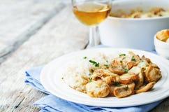 El pollo coció con las setas y el queso con arroz Imagenes de archivo