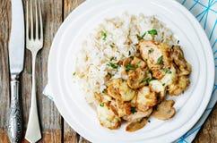 El pollo coció con las setas y el queso con arroz Imagen de archivo