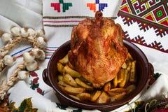 El pollo cocinó en el horno en una base de cerámica Fotos de archivo