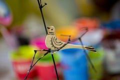 El pollo colorido en la pintura de la cerámica localmente llamó Sora-Chitro Fotografía de archivo