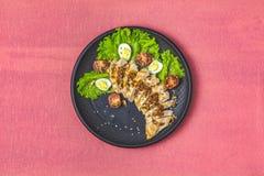 El pollo con la miel y la mostaza escabechan, lechuga, huevos de codornices, tomates de cereza imagen de archivo libre de regalías
