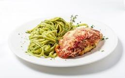 El pollo con las pastas del queso parmesano y del linguine en pesto sauce Imagen de archivo libre de regalías
