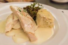 El pollo con las setas sirvió en un restaurante de Buenos Aires en la Argentina fotografía de archivo
