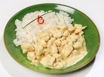 El pollo del curry del pollo frió con el jengibre, el ajo, el Cymbopogon, la salsa de curry y la leche de coco, servidas con un a Imágenes de archivo libres de regalías