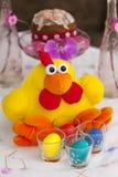 El pollo del juguete de Pascua con los huevos de Pascua coloridos y Pascua se apelmazan Foto de archivo