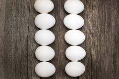 El pollo eggs en fila en la tabla rústica de madera Visión superior, endecha plana Imagenes de archivo