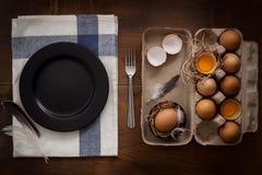 El pollo eggs la vida inmóvil rústica con la comida elegante Foto de archivo libre de regalías