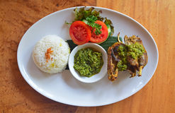 El pollo frito curruscante de Bebek Bengil sirvió en Ubud, Bali, Indonesia Foto de archivo libre de regalías