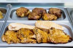 El pollo frito junta las piezas en la comida fría en las placas de metal Fotografía de archivo libre de regalías