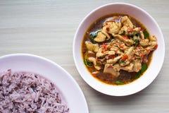 El pollo frito picante del arroz negro con albahaca se va foto de archivo libre de regalías
