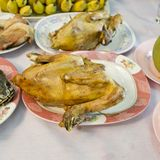 El pollo hervido para hace un sacrificio a dioses (entre el chino) Imagenes de archivo