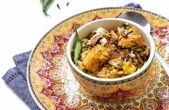 El pollo indio Halal Biryani sirvi? con raita del tomate del yogur sobre el fondo blanco Foco selectivo fotos de archivo