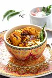 El pollo indio Halal Biryani sirvi? con raita del tomate del yogur sobre el fondo blanco Foco selectivo fotos de archivo libres de regalías