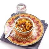 El pollo indio Halal Biryani sirvi? con raita del tomate del yogur sobre el fondo blanco Foco selectivo imagen de archivo libre de regalías