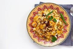 El pollo indio Halal Biryani sirvi? con raita del tomate del yogur sobre el fondo blanco Foco selectivo Visi?n superior imagen de archivo libre de regalías