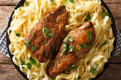 El pollo Lazone de la cocina es pecho sazonado frito en la mantequilla, pressu imágenes de archivo libres de regalías