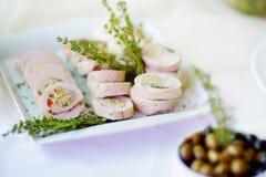El pollo o el pavo delicioso rueda con las hierbas servidas en un partido o una recepción nupcial Imagenes de archivo