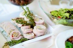 El pollo o el pavo delicioso rueda con las hierbas servidas en un partido o una recepción nupcial Imagen de archivo libre de regalías