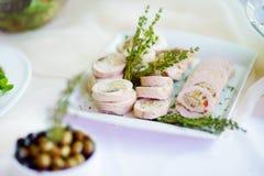 El pollo o el pavo delicioso rueda con las hierbas servidas en un partido o una recepción nupcial Imagen de archivo