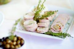 El pollo o el pavo delicioso rueda con las hierbas servidas en un partido o una recepción nupcial Foto de archivo
