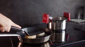 El pollo pic? las chuletas, cocinando la cena en casa, comida sana fotografía de archivo