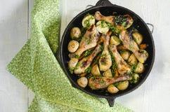 el pollo Quebradizo-blando coció con las zanahorias y las patatas asadas Imagenes de archivo
