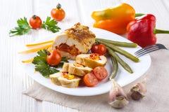 El pollo rueda con el tomate y la paprika en la placa blanca Imagenes de archivo