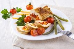 El pollo rueda con el tomate y la paprika en la placa blanca Fotos de archivo