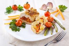 El pollo rueda con el tomate y la paprika en la placa blanca Foto de archivo libre de regalías